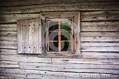 Petite fen tre dans le mur d 39 une vieille maison en bois for Fenetre qui rentre dans le mur