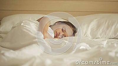 Petite fille adorable dormant dans un lit Chariot tiré juste vers la gauche banque de vidéos