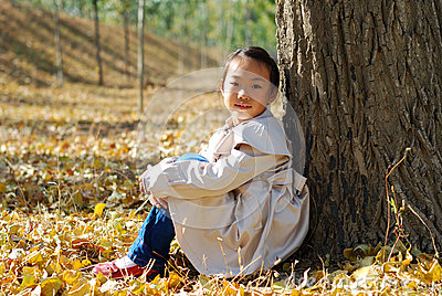 Petite fille asiatique en automne