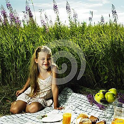 Petite fille au pique-nique