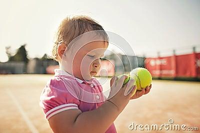 Petite fille avec de la balle de tennis