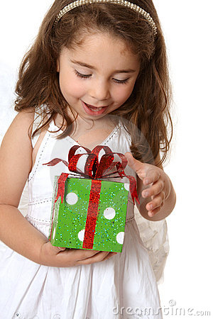 Petite fille avec Noël ou autre présent