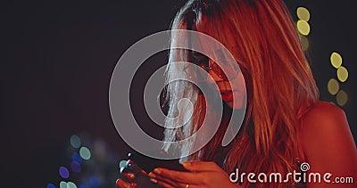 Petite fille blonde seule tapant des messages à xmas eve. NoÃ«l, nouvel an, anniversaire, fête, mode, mode de vie, publicité banque de vidéos