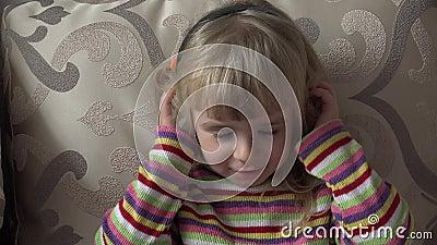 Petite fille dans des écouteurs écoutant la musique déménager Secousse principale 4K ultra HD clips vidéos