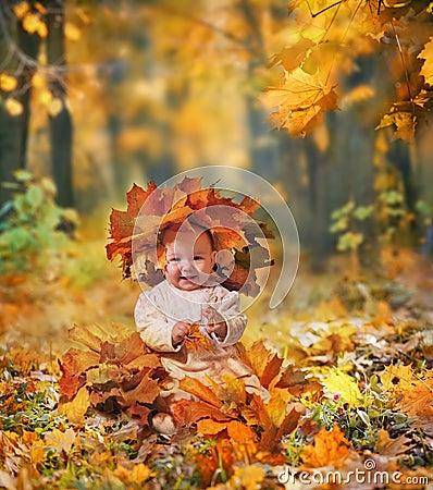 Petite fille dans des lames d érable