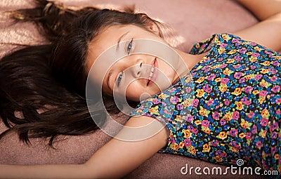 Petite fille détendant à la maison