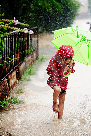 Petite fille marchant sous la pluie