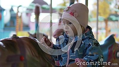 Petite fille montant une attraction de cheval clips vidéos