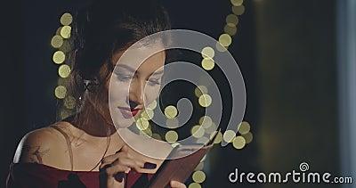 Petite fille seule tapant des messages à xmas eve Noël, nouvel an, anniversaire, fête, mode, mode de vie, publicité clips vidéos