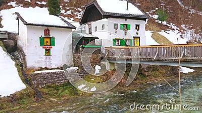 Petite maison scénique sur la rivière de Traun, Ebensee, Salzkammergut, Autriche clips vidéos