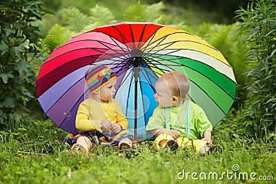 petits enfants sous le parapluie color photos 14 petits enfants sous le parapluie color images photographies clichs dreamstime - Parapluie Color