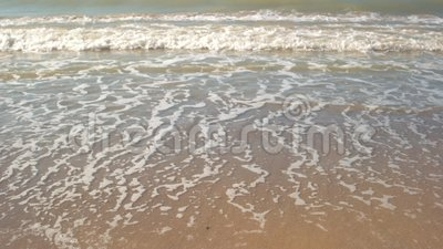 Petits onde et sable L'eau sur le rivage banque de vidéos