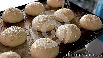 Petits rouleaux frais non cuits sur plateau de cuisson au four clips vidéos