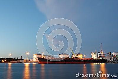Petroleiro de petróleo no terminal