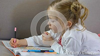 Peuter vrouwelijke tekening met tellers in het kleuren van boek, kinderjarenvrije tijd, art. stock video