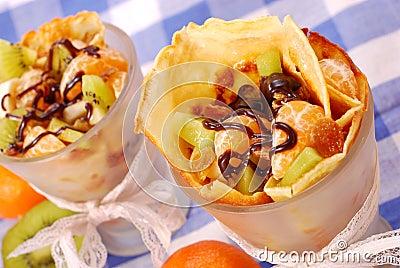 Pfannkuchen mit den Früchten gegossen mit Schokolade