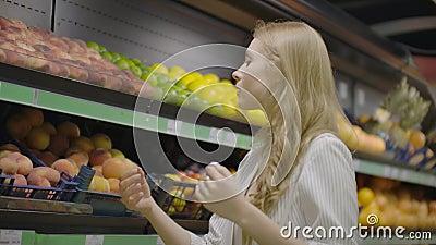 Pfirsiche auf dem Bauernmarkt kaufen Pfirsiche auf dem Bauernmarkt kaufen stock footage