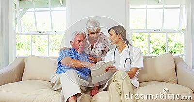 Pflegen Sie einen Gesundheits-Check mit reifem Mann auf einem Sofa oben tun stock video