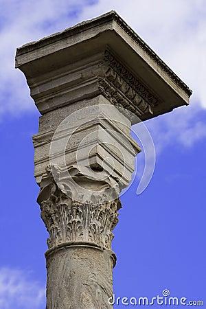 Pfosten-Oberseite über dem Himmel