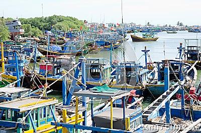 Barcos de pesca en Vietnam Imagen editorial