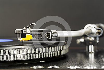 Phonograph cartridge waits over turntable
