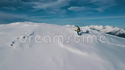 Photo aérienne d'un homme de sport en activité grimpant sur la montagne de neige faisant du snowboard banque de vidéos