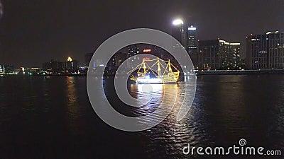 Photo AERIAL de bateaux de tourisme traversant la pittoresque rivière Huangpu à la tombée de la nuit, en Chine clips vidéos