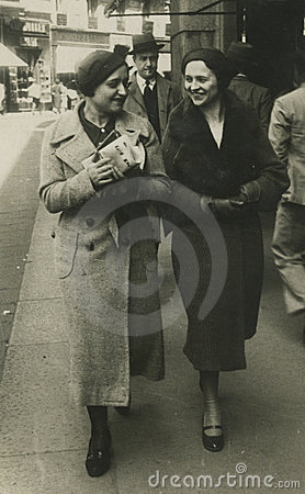 Photo antique de l original 1945 - filles marchant dans la ville