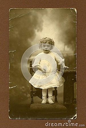 Photo antique initiale - jeune fille