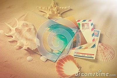 Photo de vintage des lettres et des cartes postales des vacances d été