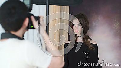 Photosession des schönen Modells mit perfekter Zahl und dem langen Haar stock video