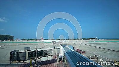 Phuket - 13.11.2019: Zeitraffer Laufbahn Flugzeuge bereiten sich auf Abflug vor stock video footage