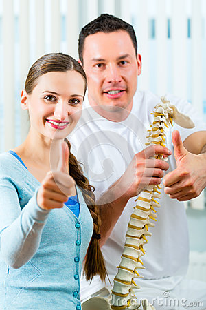 Patient an der Physiotherapie, die körperliche Therapie tut