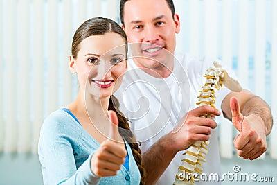 Pacjent przy fizjoterapią robi fizycznej terapii