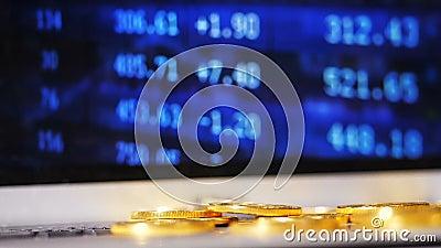 Pièces de monnaie de émiettage de mouvement lent de ressource de Bitcoin contre l'écran