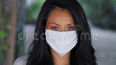 Piękna azjatycka kobieta ubrana w maskę chirurgiczną Model mody azjatyckiej z białą maską medyczną zbiory