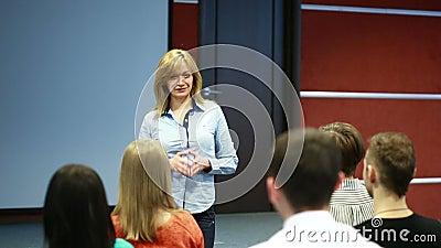 Piękna biznesowa kobieta jest mówi na konferenci
