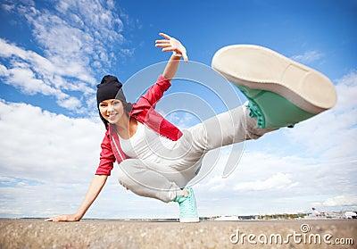 Piękna dancingowa dziewczyna w ruchu
