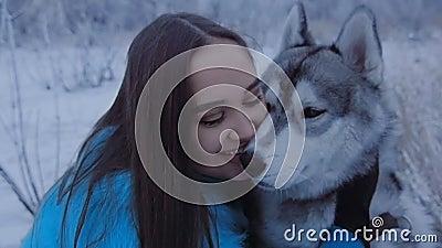 Piękna dziewczyna ściska łuskowatego psa zbiory