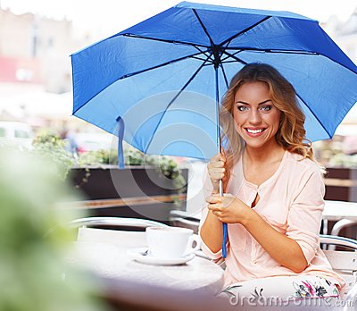Piękna dziewczyna w kawiarni
