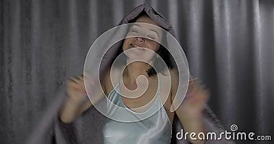 Piękna kobieta bawić się w łóżku chuje pod powszechnym w domu mieć zabawa ranek zbiory wideo
