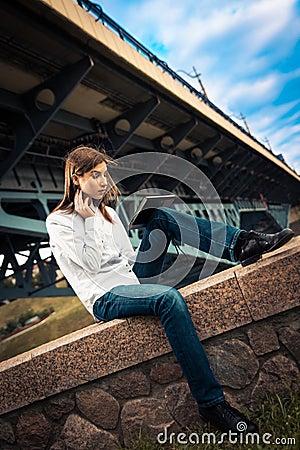 Piękna młoda dziewczyna używa cyfrową pastylkę