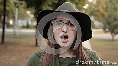 Piękna młoda dziewczyna w jesień parku, jej emocje, drażnienie, nie contentment zdjęcie wideo