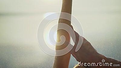 Piękna młoda kobieta przy wschód słońca w wodzie prowadzenie zdrowy styl ?ycia Ampuł ręki na tle świt zbiory