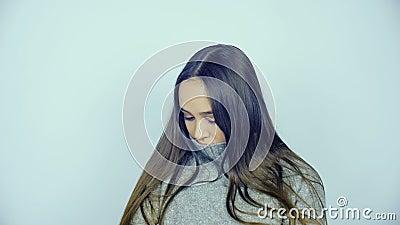 Piękna młoda kobieta z obiektywami w jej oczach pozuje przed kamerą zbiory wideo