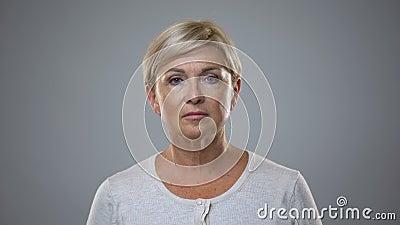 Piękna starsza dama patrzeje in camera, starzenie się kosmetyki, skóry opieka, piękno zbiory