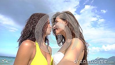 Piękne dziewczyny bierze selfie używać telefon na plażowej ono uśmiecha się i wiruje cieszy się naturze na wakacje zbiory