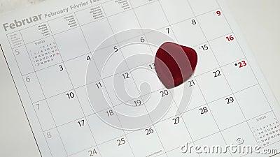 Piękne pudełko biżuterii Red heart na 14 lutego kalender w miękkim tonie Koncepcja przypomnienia o walentynkach zbiory wideo