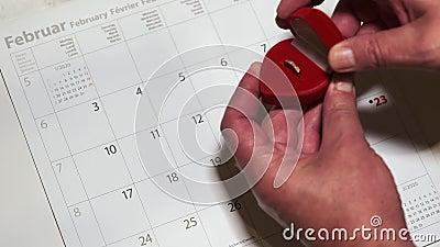 Piękne pudełko biżuterii Red heart z pierścieniem na 14 lutego kalender w miękkim tonie Koncepcja przypomnienia o walentynkach zbiory