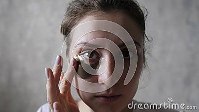 Piękno i opieka Portret młodej kobiety z doskonałą skórą, przyklejającej łatkę do naprawy pod oczami Patrząc na zbiory wideo